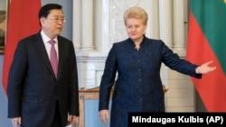 В бытность президентом Литвы Даля Грибаускайте (справа) перед переговорами в Вильнюсе в апреле 2017 года приветствует Чжан Дэцзяна, бывшего тогда председателем постоянного комитета Всекитайского собрания народных представителей.