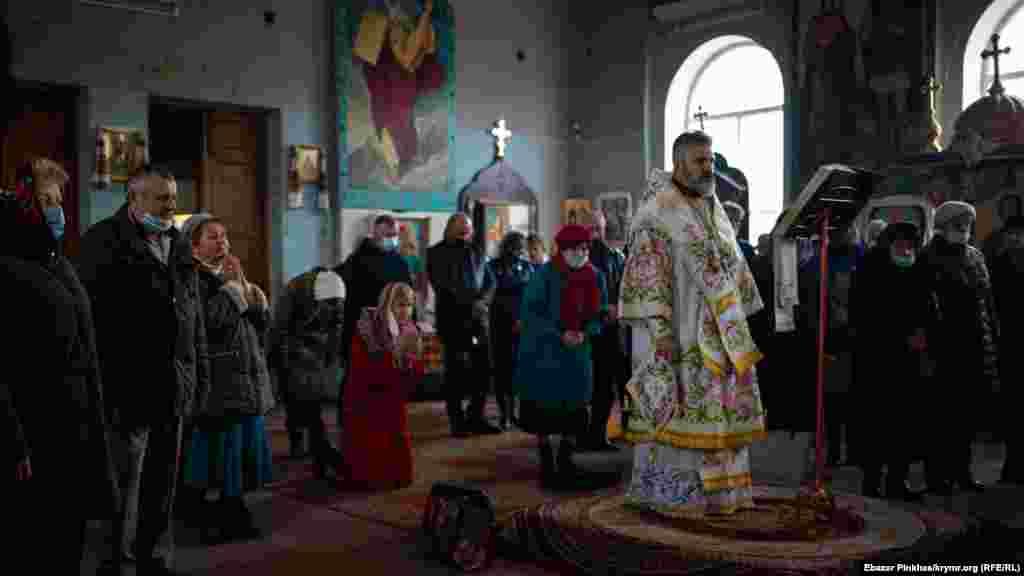 У Сімферополі 7 січня у храмі Святих рівноапостольних Володимира та Ольги Православної церкви України парафіяни зібралися на святкову різдвяну службу. Більше фото дивіться у фотогалереї