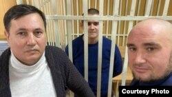 Шамсутдинов (в центре) с адвокатами Равилем Тугушевым (слева) и Русланом Нагиевым