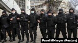 A fegyveres erők női tagjai teljesítenek szolgálatot egy ellenzéki tüntetésen, amelyet a függetlenség napja alkalmából tartottak Kazahsztán fővárosában 2020. december 19-án.