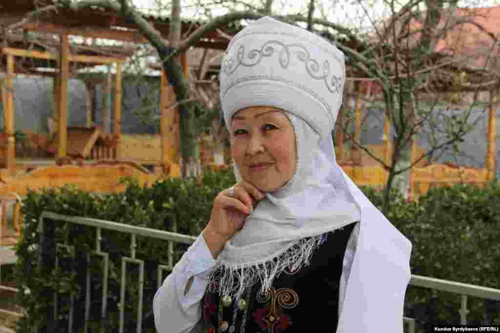 """Азимгүл Жакшылыкова """"Умай эне"""" коомдук фондунун жетекчиси. Ысык-Көлдө активист аял, кыргыздын улуттук баалуулуктарын аздектеп келген аялзаты."""