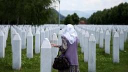 Bosanka među nišanima žrtava genocida u Srebrenici, u Memorijalnom centru Potočari, 8. jun 2020. godine