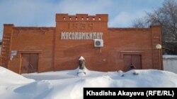 Снежные сугробы на фоне здания на территории Семипалатинского мясокомбината. Восточно-Казахстанская область, 13 марта 2021 года.