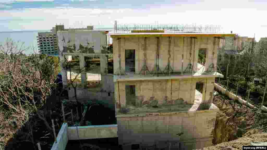 У верхній частині парку все ж встигли вигнати кілька бетонних поверхів