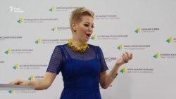 Вдова Вороненкова заспівала українською і презентувала благодійний фонд (відео)