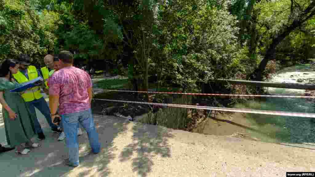 Представники місцевої російської адміністрації та ремонтно-дорожньої служби на пошкодженому паводком мосту через Коккозку в центрі села