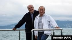 Президент Росії Володимир Путін (п) і Олександр Лукашенко (л) позують на яхті в Чорному морі, 29 травня 2021 року