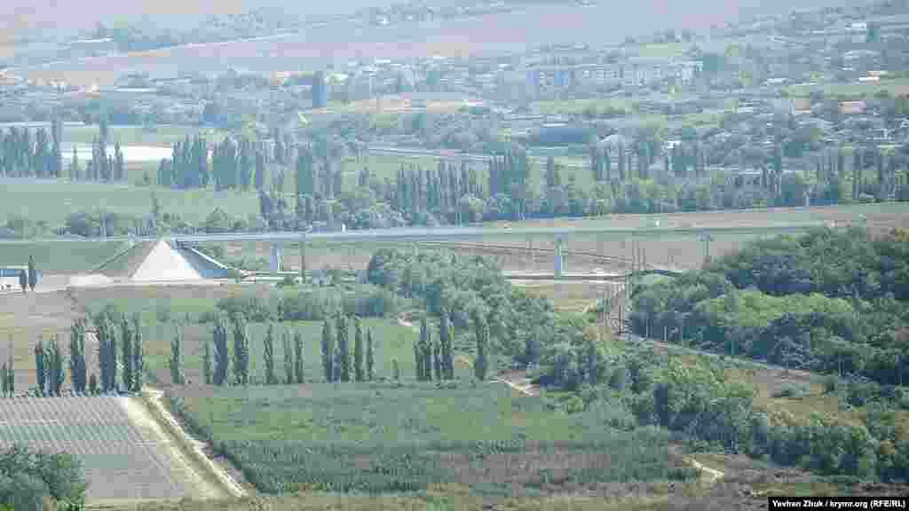 Вдалині в серпанку видніється траса «Таврида», спочатку вона повинна була пройти через Верхньосадове з вилученням земельних ділянок у жителів