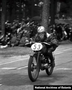 Чемпионка по мотоспорту среди женщин Вирве Гюстель участвует в гонке в 1953 году.