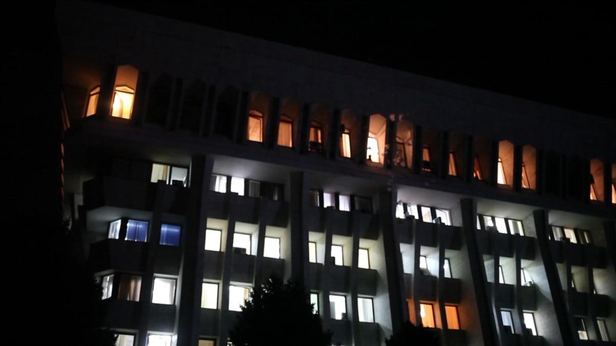 antigovernment-protesters-invade-kyrgyz-presidential-building