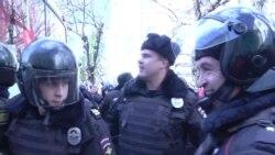 Протестующие пытались отбить автозак с Навальным