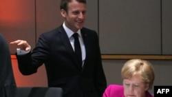 Predsjednik Francuske Emmanuel Macron i njemačka kancelarka Angela Merkel pred sastanak u Briselu 28. maja.