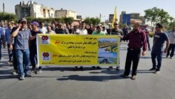 تجمع کارگران اعتصابی هپکو در مقابل دادگستری استان مرکزی