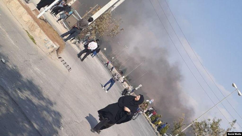 دود سیاه ناشی از آتش زدن لاستیک در شیراز در اعتراضهای این شهر