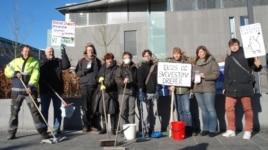 """Акция """"Моем улицы сами"""". На плакате: """"Грязный воздух убивает"""". Март 2013 года"""