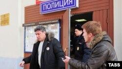 """Борис Немцов был доставлен в отделение полиции с митинга в защиту """"болотных узников"""""""