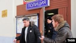 Борис Нємцов виходить із поліцейського відділку в Москві, 25 лютого 2014 року