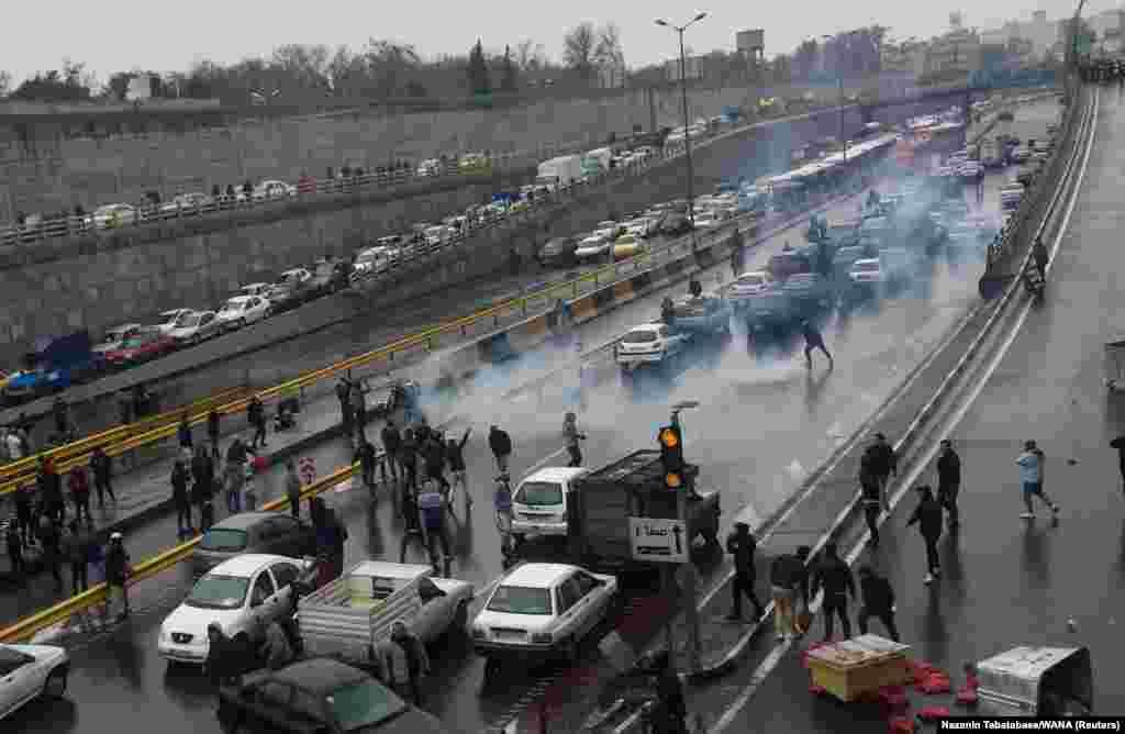 راهبندان معترضان در یکی از بزرگراههای تهران