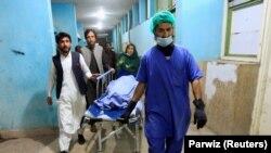 Trupul uneia dintre jurnaliste transportat de personalul medical la un spital din Jalalabad, 2 martie 2021