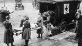 Аскер-деңиз авиация заводунун командасы&nbsp;Филадельфияда өтүп жаткан парадга катышып жаткан учуру. Аталган парад 1918-жылы 28-сентябрда өткөн. Бул күнү Филадельфияда 118 киши &quot;испанка&quot; илдетине чалдыкканы аныкталган.&nbsp;<br /> <br /> &nbsp;