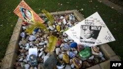 Нельсон Манделаның саулығын тілеген хаттар оның үйінің жанында жиналып қалды. Йоханнесбург, 9 маусым 2013 жыл.