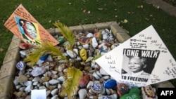 Послания, адресованные Манделе, у его дома в Йоханесбурге, 9 июня 2013 года.
