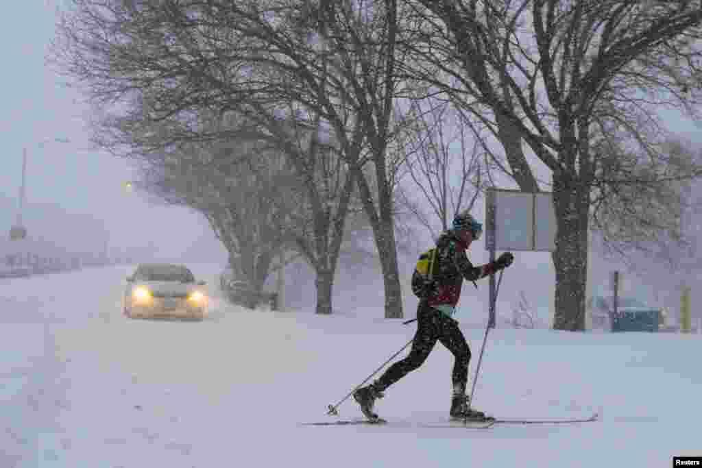 Женщина направляется на прогулку привычной тропой, только теперь на лыжах