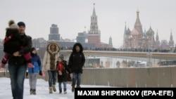 Jedan od ciljeva spoljnopolitičkih avantura Kremlja, kako ističe Lukas, je da skrenu pažnju ruske javnosti sa domaćih problema