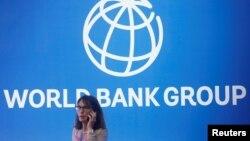 Женщина на фоне лого Всемирного банка. Иллюстративное фото.