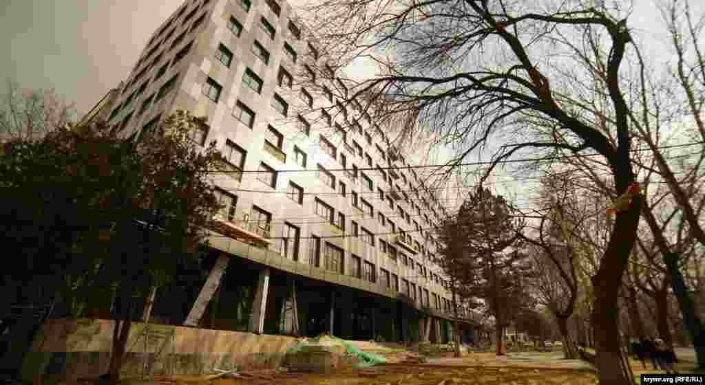 Еще одна стройка-реконструкция «Монолита» на улице Киевской – административный корпус бывшего завода «Сантехпром». Здесь планируют разместить бизнес-центр