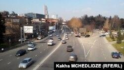 Грузия является страной с правосторонним движением, и вся дорожная инфраструктура подстроена под этот приоритет. Однако благодаря дешевизне автомобили с правым рулем уже заняли 29% рынка, и это число неуклонно растет