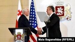 ԱՄՆ փոխնախագահ Մայք Փենսը և Վրաստանի վարչապետ Գիորգի Կվիրիկաշվիլին համատեղ ասուլիսի ժամանակ, Թբիլիսի, 1-ը օգոստոսի, 2017թ․