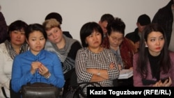 Слева направо: мать и сестра погибшего пограничника Нурланбека Мукашева; мать пограничника Владислава Челаха, осужденного по обвинению в массовом убийстве; мать погибшего пограничника Жаната Ильясова. Алматы, 5 февраля 2013 года.