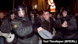 Ոստիկանները Մոսկվայում բերման են ենթարկում ընդդիմադիր երիտասարդի, 6 դեկտեմբեր, 2011