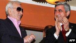 Հայաստան - Նախագահ Սերժ Սարգսյանը և Շառլ Ազնավուրը Երևանում համերգի ժամանակ, արխիվ