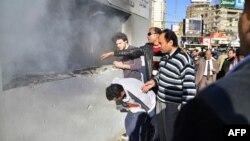 مصريون يتجمعون خارج مركز للشرطة أحرقة موالون لجماعة الأخوان المسلمين في القاهرة.