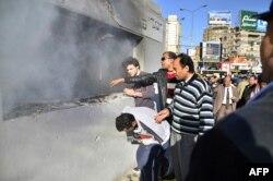 Підпалена ісламістами дільниця для голосування в Каїрі – незначний епізод порівняно з учорашніми актами насильства, 15 січня 2014 року