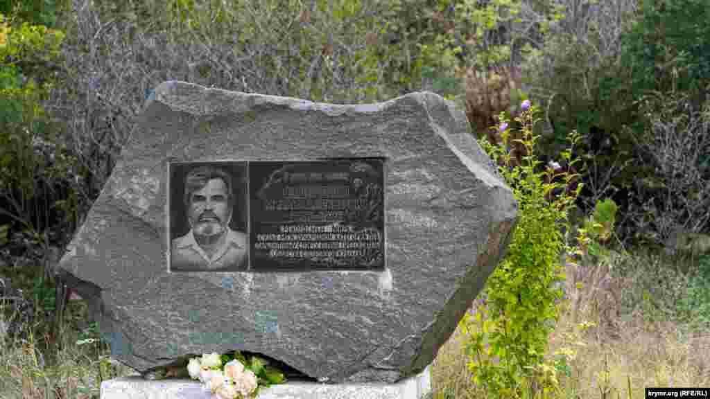 Меморіальний камінь при дорозі перед в'їздом до села