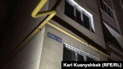 Дом в микрорайоне Алгабас-6, из которого эвакуировали жителей. Алматы, 2 июня 2016 года.