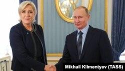 Ашкере-оңчул саясатчы Марин Ле Пен март айында Кремлде орус президенти Путин менен жолуккан.