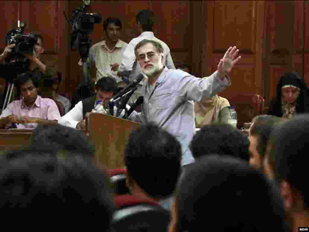 محمد عطریانفر (وسط) در دادگاه روز شنبه دهم مرداد