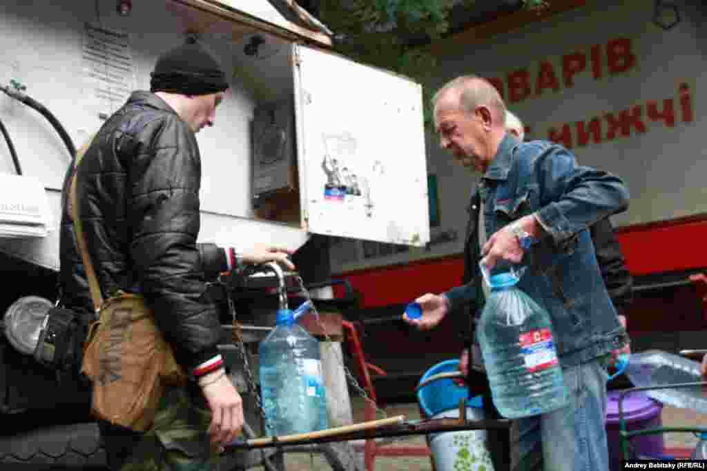 Slovyansk residents get drinkable water from mobile storage tanks.