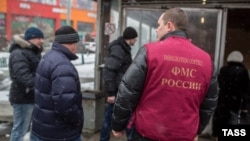 Russia -- Federal Migration Service officers raid illegal immigrants near a metro station in Moscow, January 4, 2015