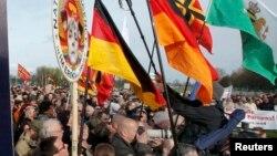 Sprijinitori ai mișcării PEGIDA adunîndu-se pentru a asculta la Dresda discursul lui Geert Wilders (REUTERS/Fabrizio Bensch)