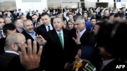 Премиерите на Турција и на Косово Реџеп Таип Ердоган и Хашим Тачи на аеродромот во Приштина, 23.10.2013.