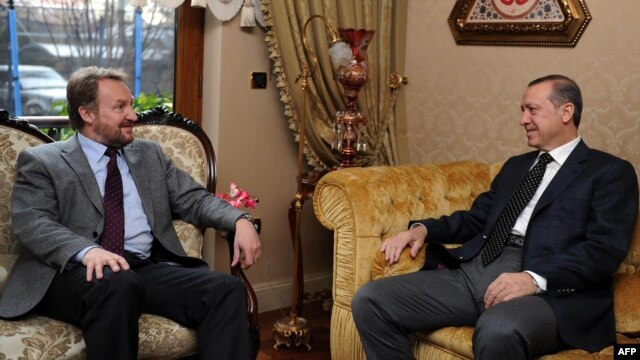 Turkish Prime Minister Recep Tayyip Erdogan (right) holds talks with the Muslim member of Bosnia's tripartite presidency, Bakir Izetbegovic in Istanbul. (file photo)