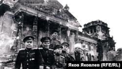 """Военные корреспонденты """"Правды"""" у Рейхстага. Величко – первый справа"""