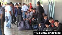 Пассажиры несостоявшегося рейса в аэропорту Душанбе, 26 мая 2021 года