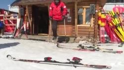 Bir aýakly lyžaçy we halas ediji