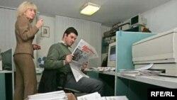 Распространение тиража еженедельника среди подписчиков и в розничной продаже разрешено производить только после выборов